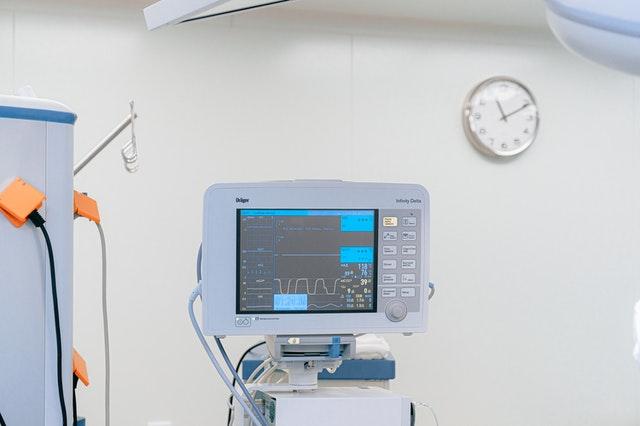 خلوة الطبيب والممرضة في غرفة الكشف لحين دخول المريض